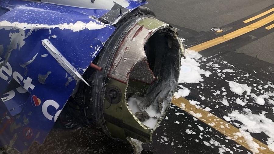 Salvan pasajeros a mujer succionada fuera del avión al explotar una turbina, pero murió horas después
