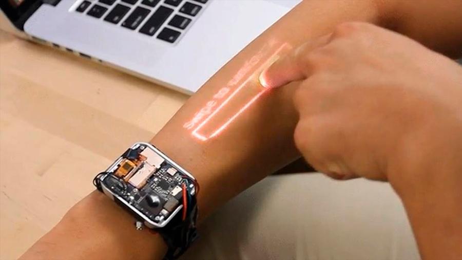 Crean reloj que despliega pantalla sobre la piel