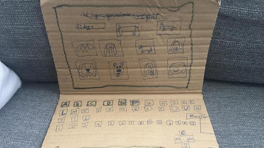 Una niña crea un ordenador de cartón e Internet se solidariza con ella