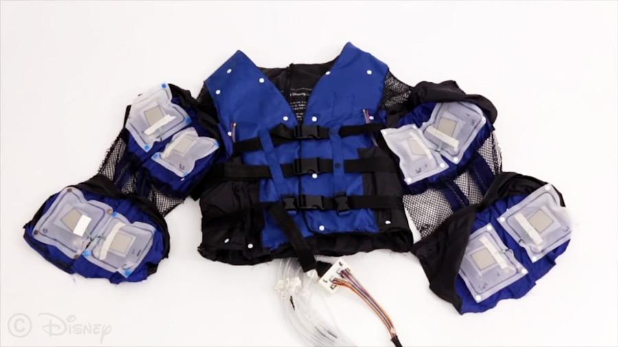 La chaqueta que puede simular abrazos, golpes y otras sensaciones