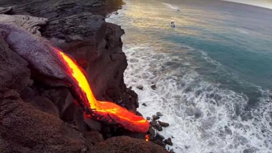Un peligroso fenómeno se presenta en Hawái al llegar lava volcánica al océano