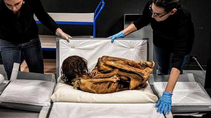 Una momia de mil años hallada en el sitio arqueológico de Pachacamac, en Perú