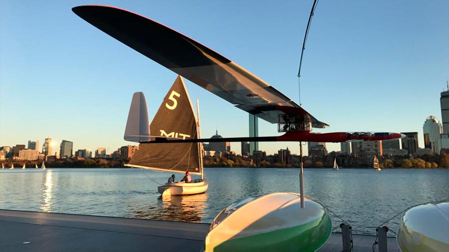 Diseñan un robot planeador que vuela como un albatros y navega cual velero