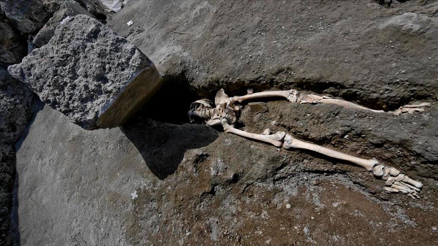 Descubren restos de hombre que huyó de Pompeya, pero murió aplastado por una roca hace 2 mil años