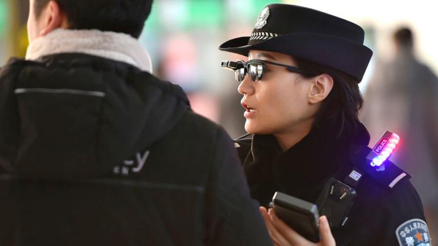 La policía china estrena unas gafas con reconocimiento facial para identificar sospechosos