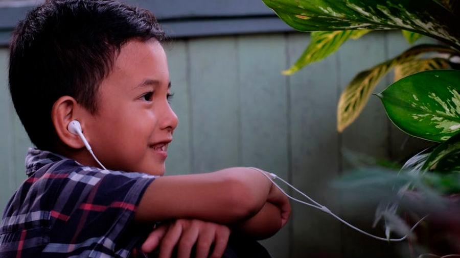 ¡Cuidado! Los niños que escuchan música con auriculares pueden sufrir pérdidas de audición