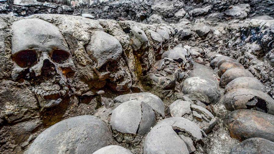 Restos de muros aztecas hechos de cráneos, hallados en Ciudad de México