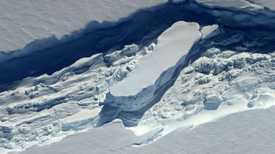 A casi un año de su desprendimiento, iceberg gigante en la Antártica sigue en su lugar