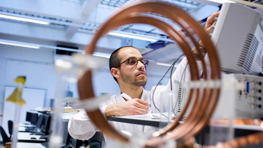 Mexicano reconocido por MIT crea tecnología que recicla energía de ondas de wifi