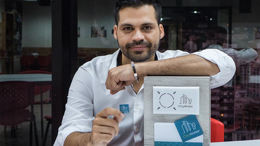 """Innovador venezolano crea """"calcomanía"""" para micropagos con moneda virtual que evita inseguridad del efectivo"""