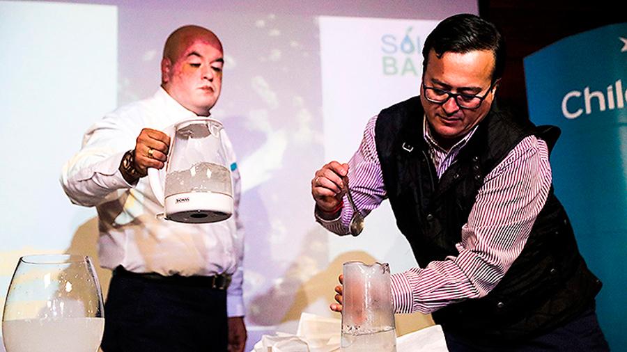 Chilenos fabrican bolsas plásticas solubles en agua que no contaminan