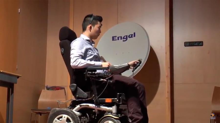 Estudiantes españoles desarrollan una silla de ruedas que se maneja con el parpadeo