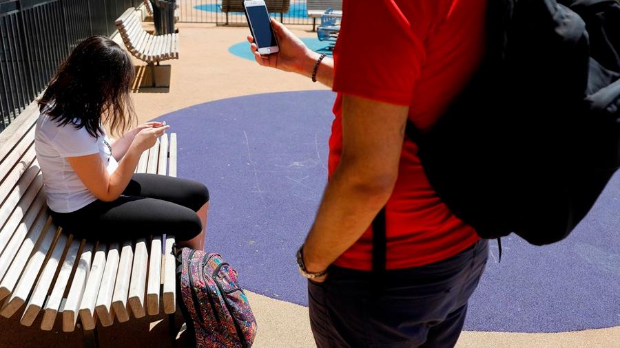 Francia prohíbe que los menores de 15 años usen celulares en la escuela