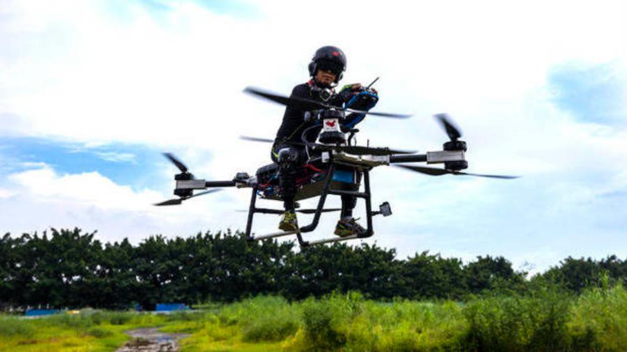 Logra inventor chino convertir sueño infantil en realidad: crea moto voladora