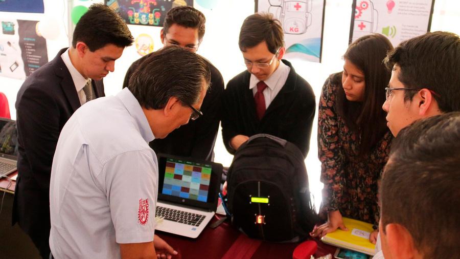 Crean alumnos mexicanos mochila inteligente que evita olvidar material escolar