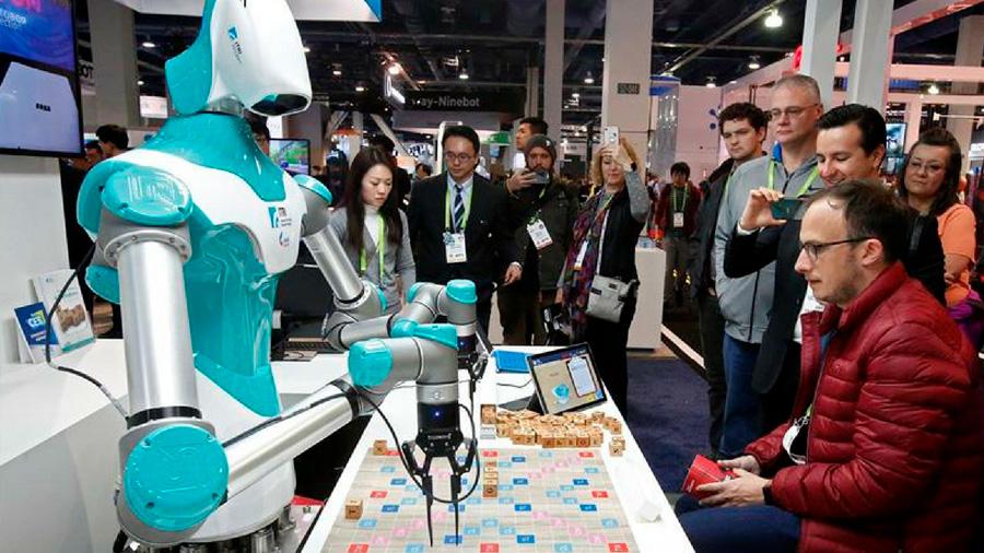"""""""Deberíamos cobrar impuestos a las empresas por utilizar robots"""", postula experto en ética tecnológica"""