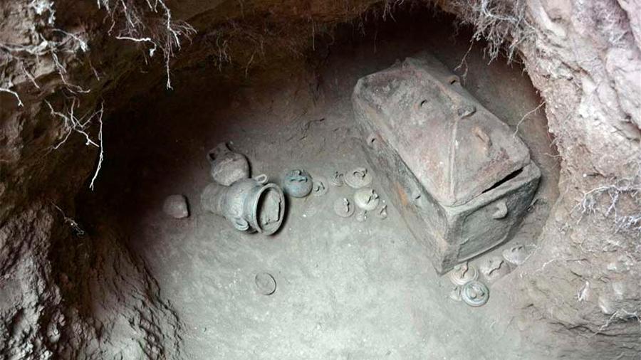 Arqueólogos griegos hallan en Creta una tumba intacta de más de 1,400 años de antigüedad