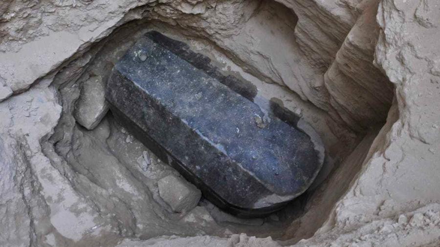 El misterioso sarcófago de granito de Alejandría guardaba las momias de dos hombres y una mujer
