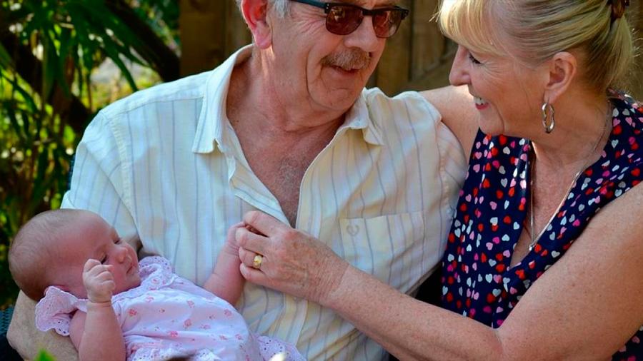 """Singular pareja de ancianos """"diseñó"""" a su propio nieto usando el esperma de su hijo muerto"""