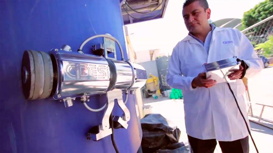 Crea tecnólogos mexicanos robot que revisa internanmente los enormes tanques de almacenamiento de la CFE