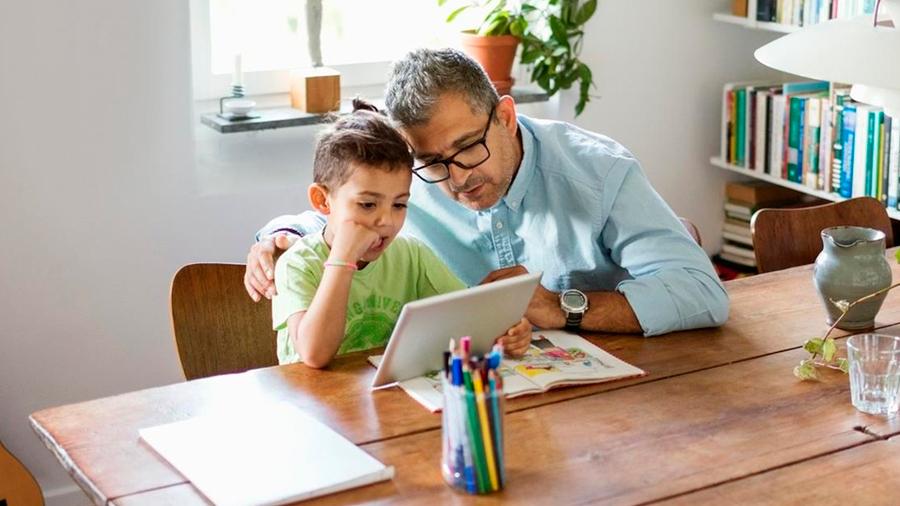 Una polémica app de Google permite a padres controlar el celular de sus hijos cada minuto