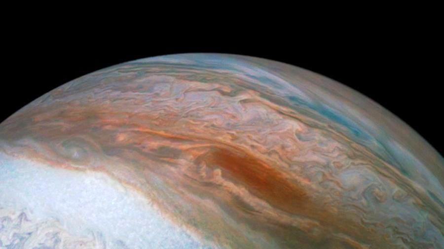 La misión Juno captura una elusiva 'barcaza marrón' en Júpiter