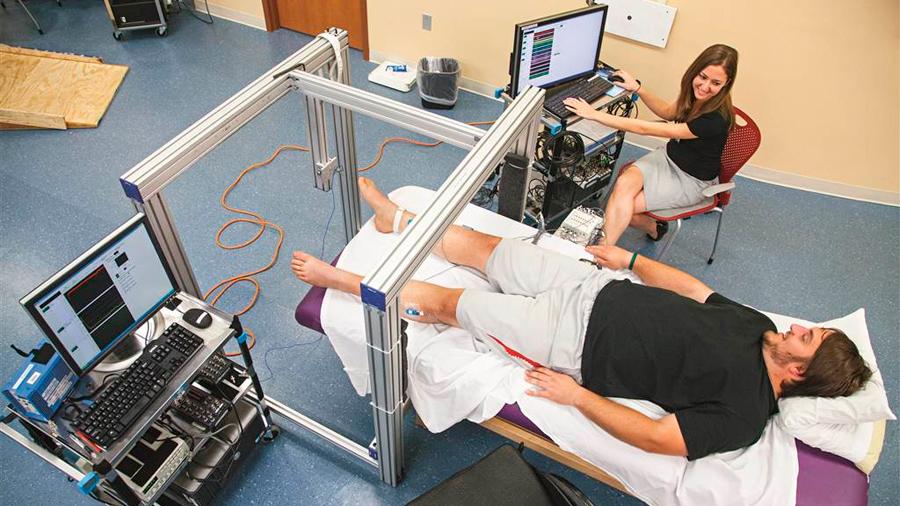 Un hombre con paraplejia total logra caminar con estimulación eléctrica