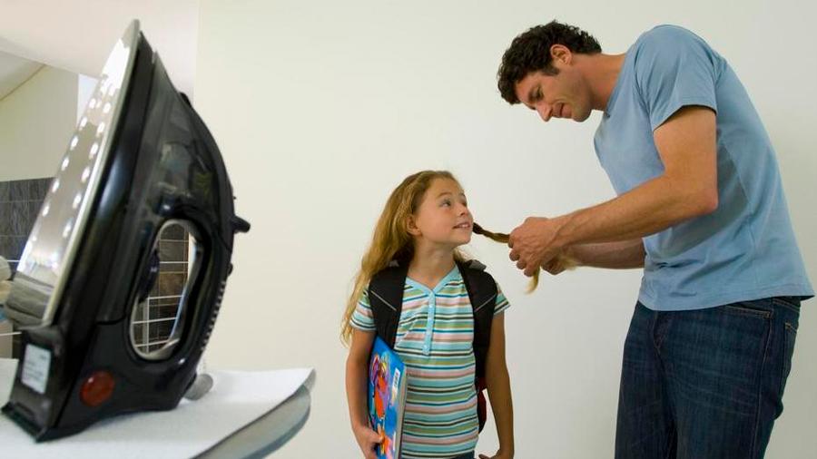 Niñas que ven a sus padres hacer tareas domésticas escogen carreras menos estereotipadas