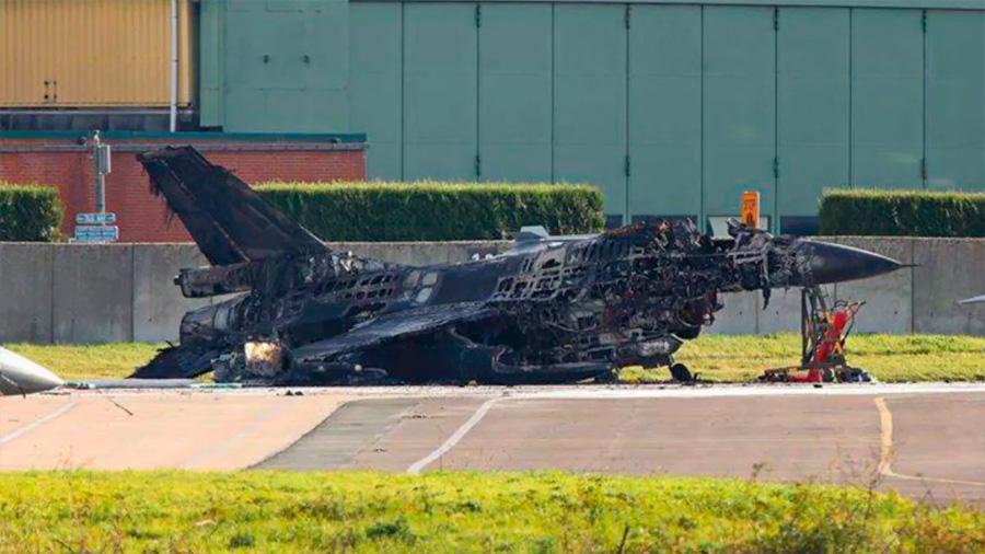 Un técnico hace estallar un caza F16 al activar su cañón por accidente