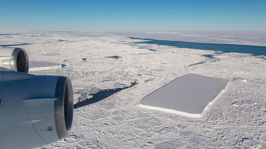 Científicos de la NASA descubren misterioso iceberg perfectamente rectangular en la Península Antártica