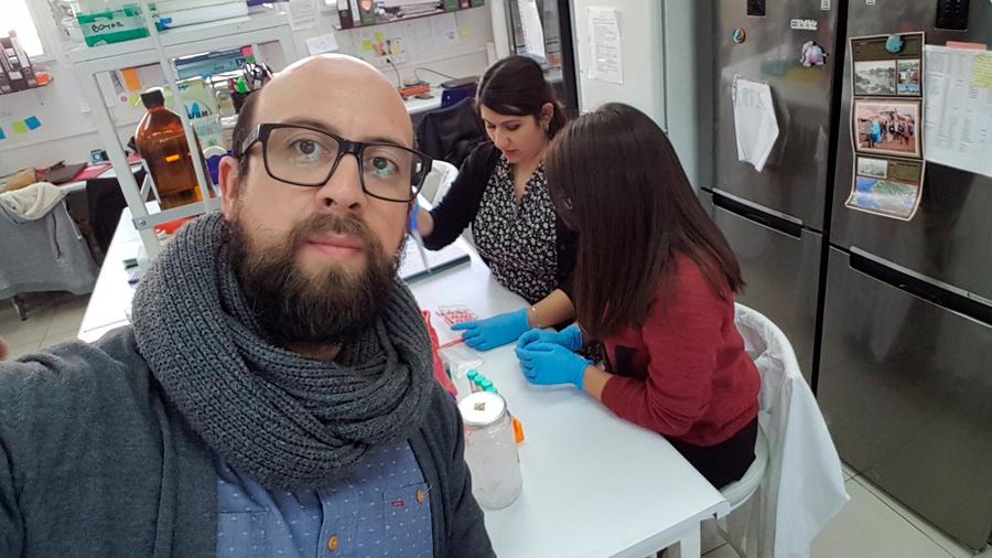 Joven científico chileno demuestra cómo proteína del VIH secuestra las de las células humanas y propagar el virus