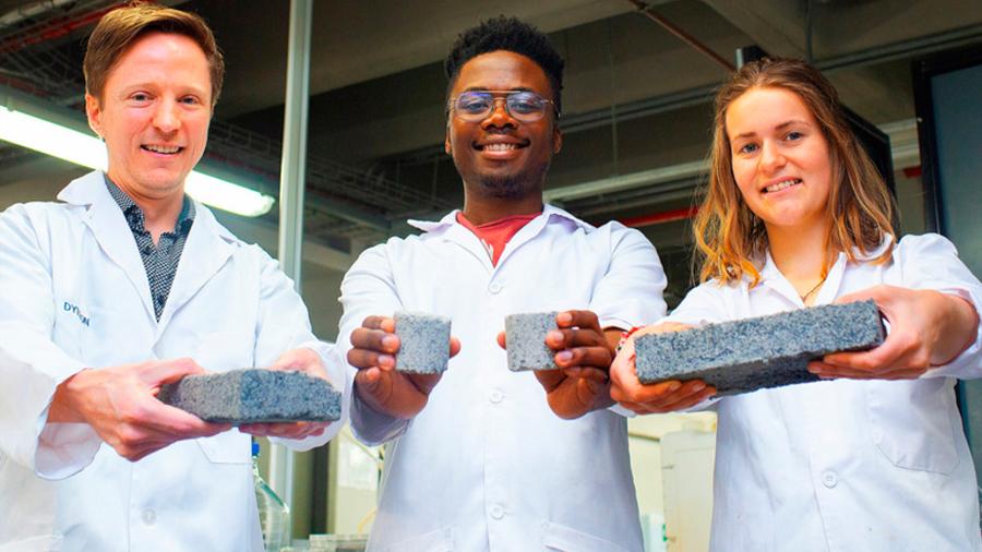Una estudiante crea ladrillos con orina humana para cuidar el medioambiente