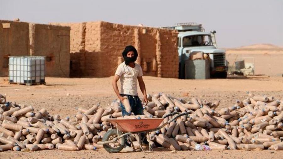"""El ingeniero """"loco del desierto"""": construye casas en el Sahara con botellas de plástico"""