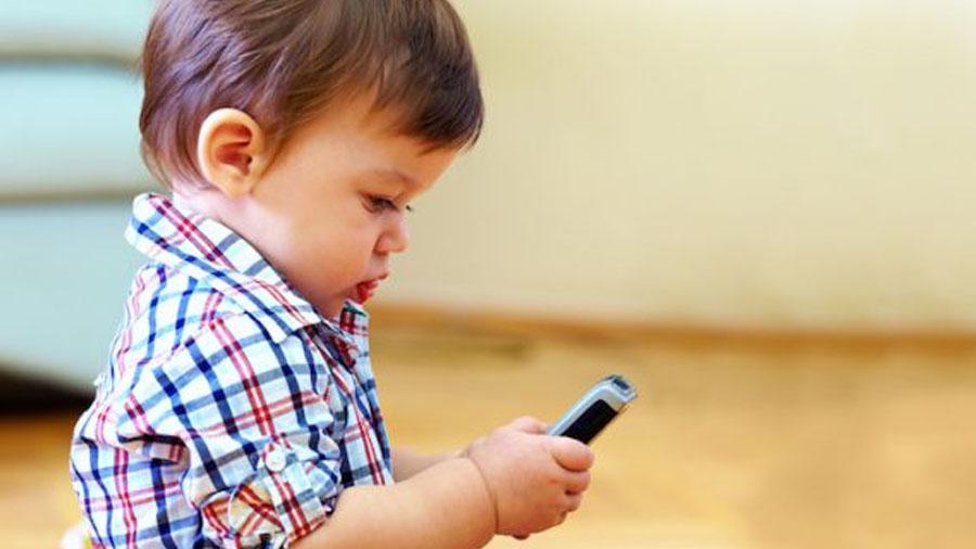 Un dilema para los padres: Los móviles, nunca antes de los 12 años (Video)