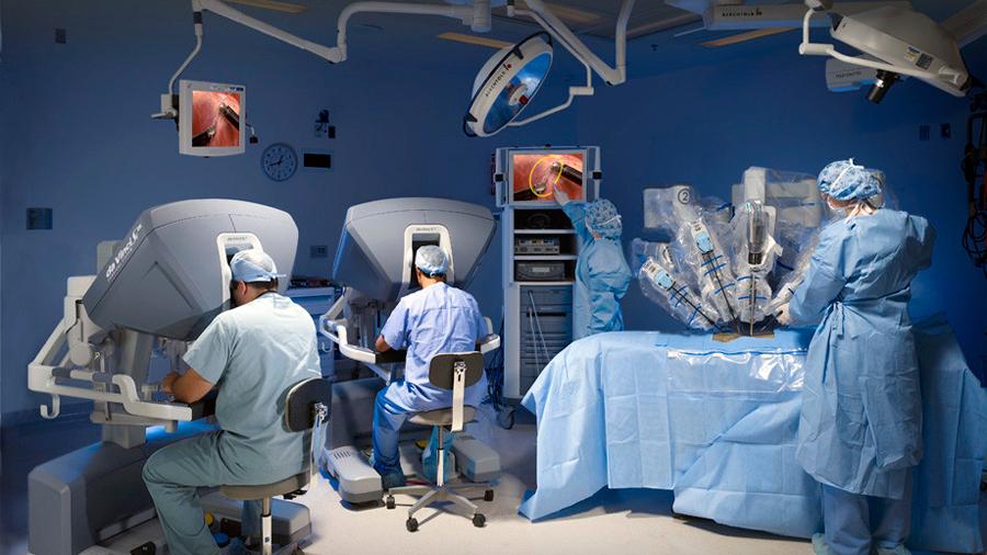 Lecciones que deja la muerte del primer paciente sometido a una cirugía cardíaca robótica en Reino Unido