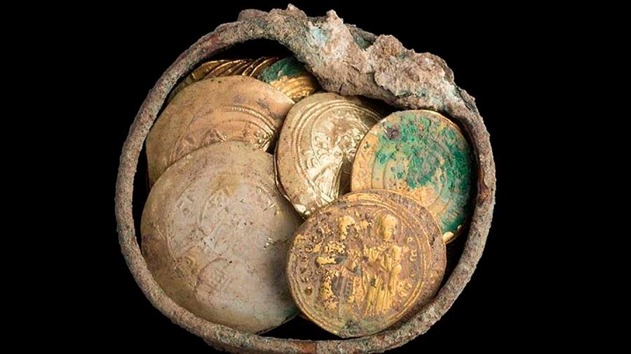Hallan cofre con un pendiente e insólitas monedas de la era de las Cruzadas en Israel, hace 900 años