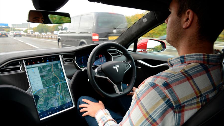 El conductor de un Tesla se queda dormido y la policía logra detener el vehículo gracias al Autopilot