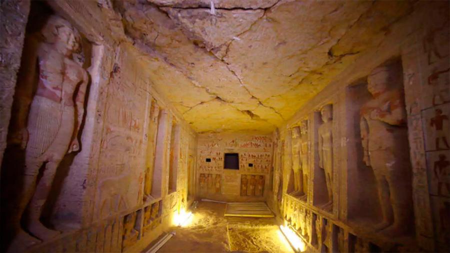 Egipto desvela tumba de sacerdote de hace 4,400 años y conserva frescos de vivos colores
