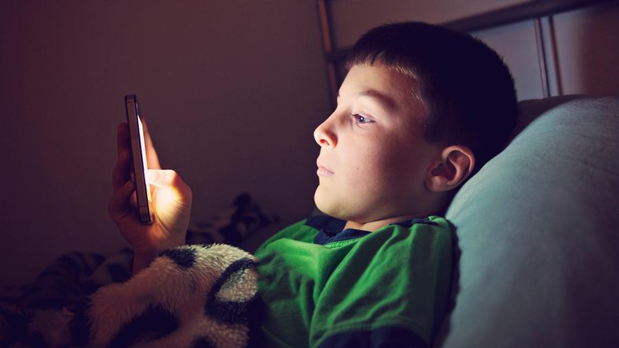 Niños que pasan más de siete horas en celulares son menos inteligentes: estudio