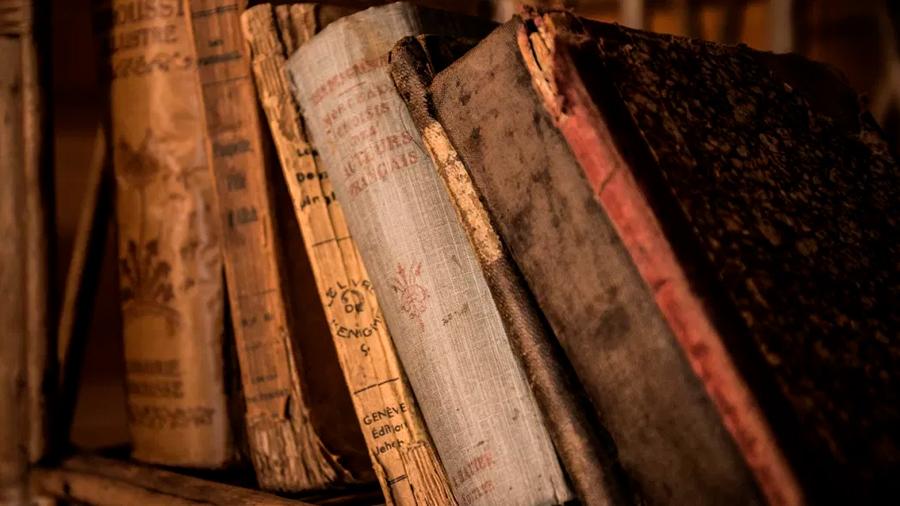 Descubren en biblioteca universitaria 3 libros de siglos anteriores envenenados en sus cubiertas con arsénico