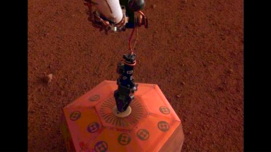InSight coloca su primer instrumento en suelo marciano, un sismómetro
