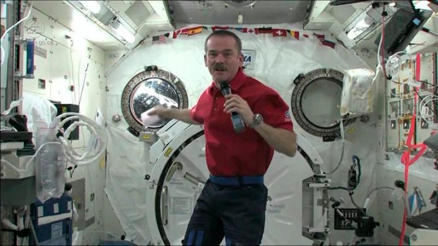Esto es lo que sucede cuando eructas en el espacio, y no es agradable