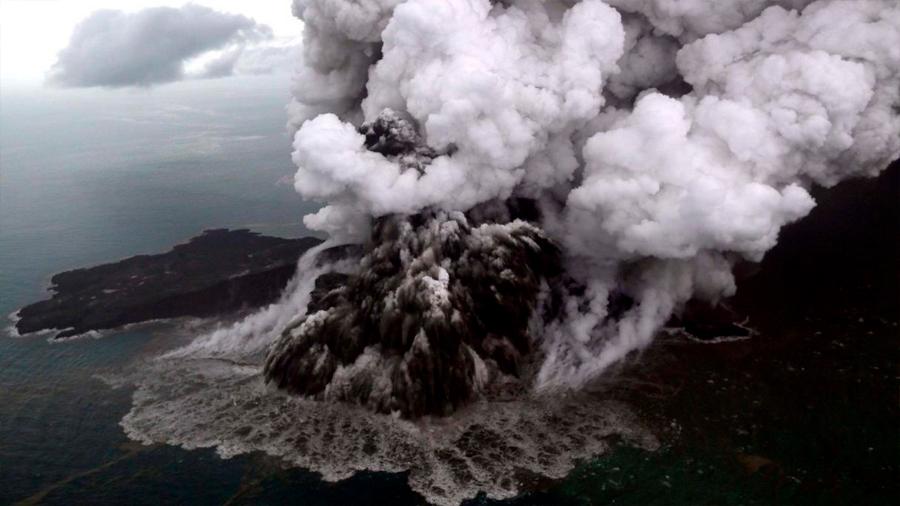 La enorme erupción del volcán Anak Krakatoa captada desde un avión