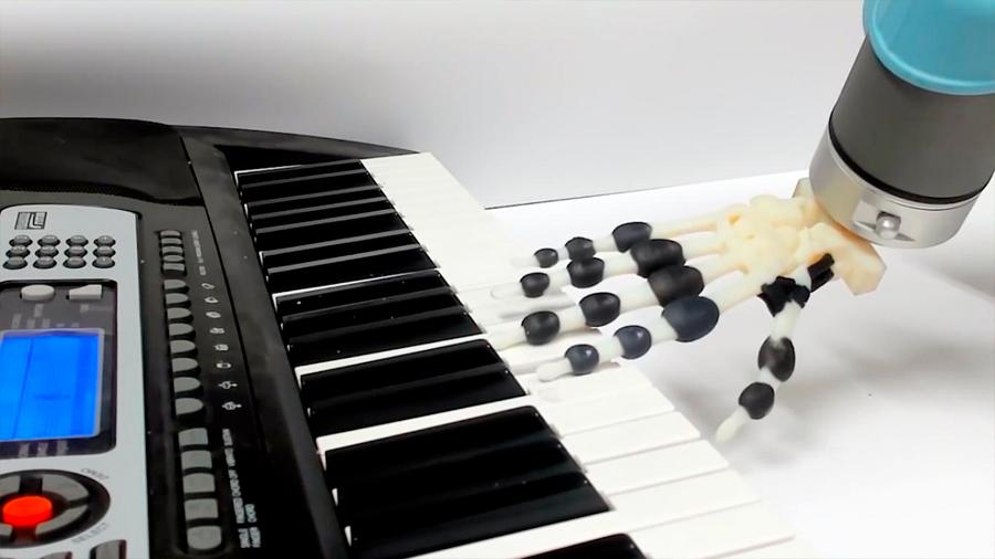Imprimen en 3D una mano robótica que toca el piano