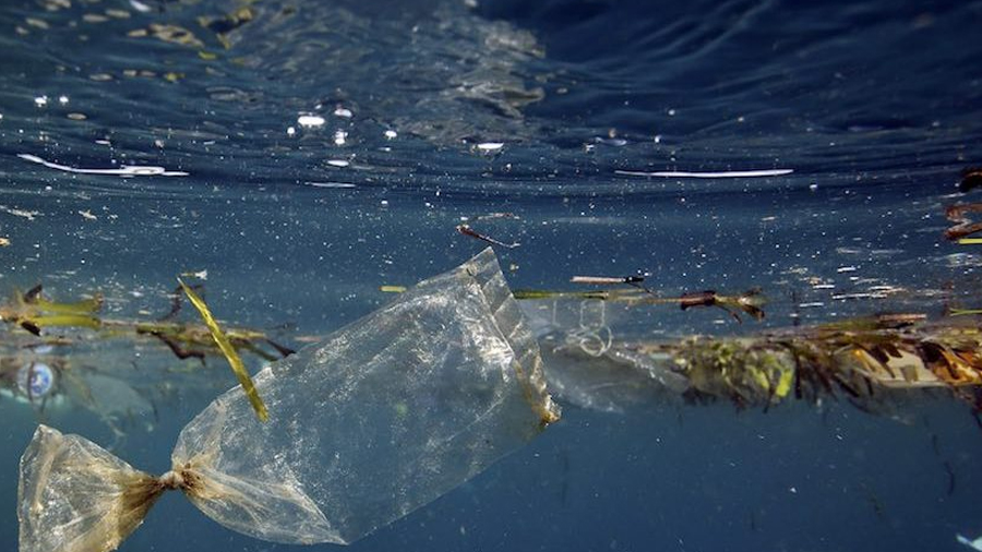 La barrera flotante que iba a limpiar plástico de océanos se dañó y regresará a la costa