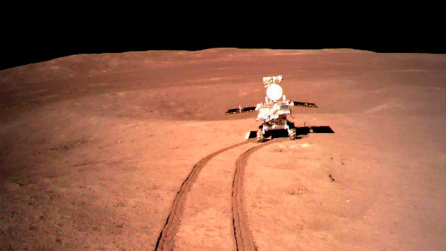 """Sonda china despliega sus antenas para """"escuchar el Big Bang"""" desde la cara oculta de la Luna"""