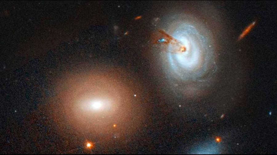 Hubble captura imagen de galaxia perdiendo gas