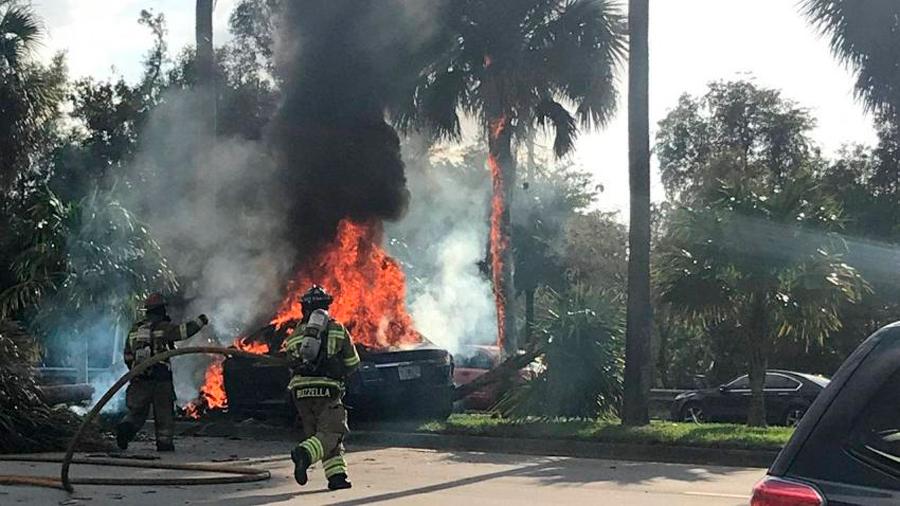 Un Tesla se incendia matando a su conductor en el interior al no poder abrirse la puerta