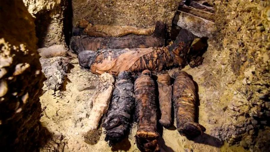 Descubren en Egipto más de 40 momias en una tumba de hace dos mil años