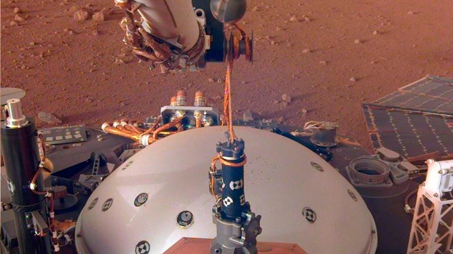 La sonda InSight coloca el protector de su sensible sismómetro marciano